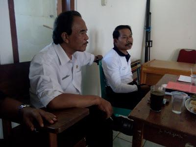 Poto Pengawas Sekolah sedang memberikan pembinaan kepada Kepala Sekolah dan Guru Binaannya