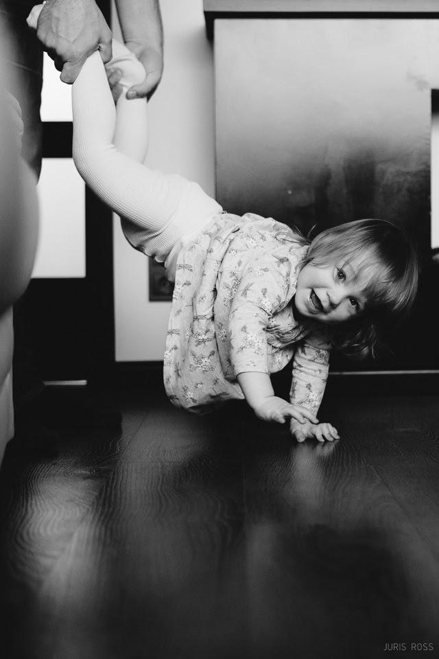 bērnu fotosesija mājās ģimenes fotogrāfs