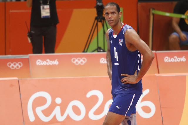 Javier Jiménez, del equipo masculino cubano de voleibol, al terminar el choque con la derrota de su equipo por la selección de Egipto, durante los Juegos Olímpicos de Río de Janeiro, en el Gimnasio de Maracanazinho, en Maracaná, Brasil, el 9 de agosto de 2016.
