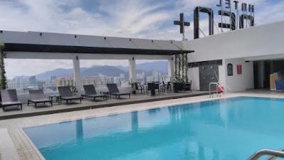 swiming pool yang berada di Rooftop hotel