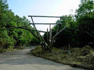 """Photo de l'entrée du parc animalier """"Jungle Habitat"""", situé non loin de Clinton Road"""