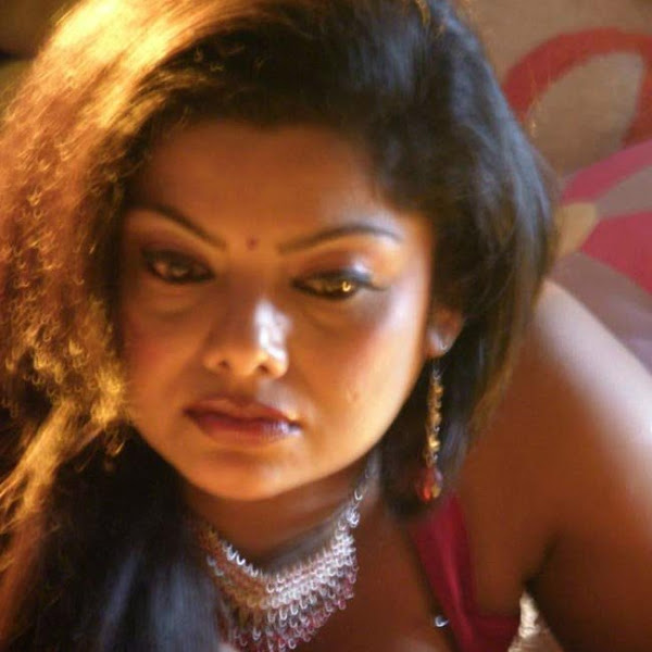 Swathi Varma hot navel and cleavage show in saree