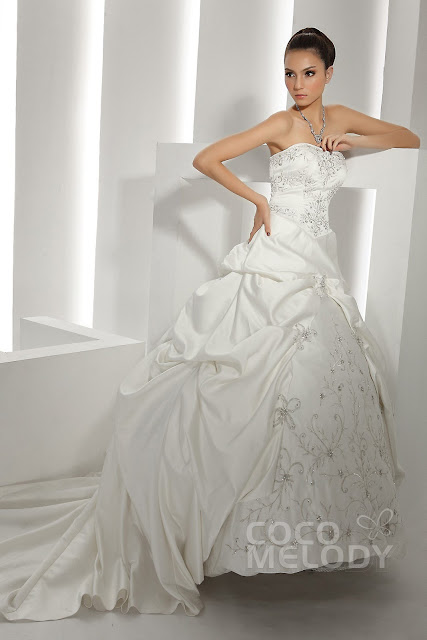 Effortless white ordinary wedding dress can certainly show the bride's figure effectively