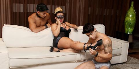 Andrea Capitulino posa para ensaio sensual com Willian Herculano e Henrique Lima