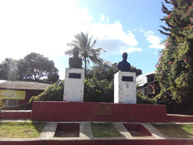 Monumento a Atamu Tekena y Policarpo Toro en Hanga Roa, Isla de Pascua