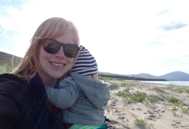 Äiti ja poikavauva rannalla, hiekkaranta, raitapipo, merenranta, vihreän saaten emäntä, vuoret