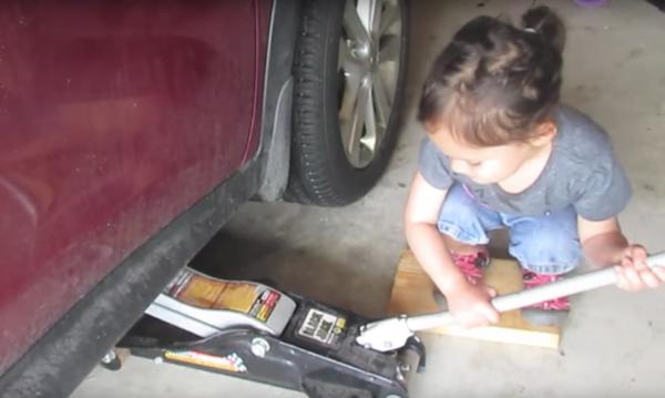 Η μικρή που αλλάζει μόνη της τα λάδια στο αυτοκίνητο του μπαμπά της έριξε το διαδίκτυο!!! (βίντεο)