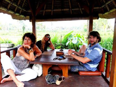 Reyes y sus hijos en el proyecto de Nusa Penida.