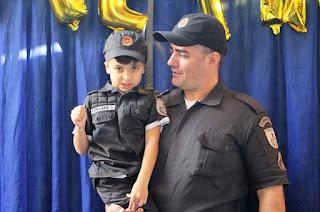 http://vnoticia.com.br/noticia/1617-fa-da-pm-menino-ganha-festa-de-aniversario-com-a-presenca-de-policiais-militares-do-8-bpm
