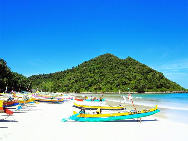 Perahu nelayan di tepian Pantai Selong Belanak