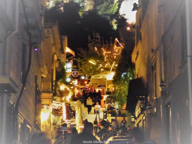 widok nocą na grecką uliczkę w Atenach