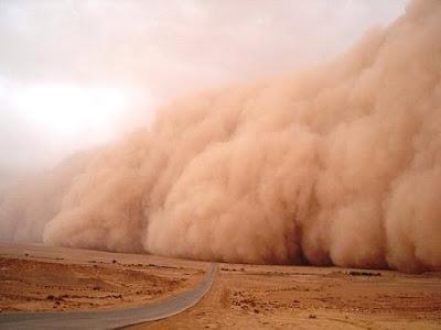 عاصفة ترابية في الصحراء