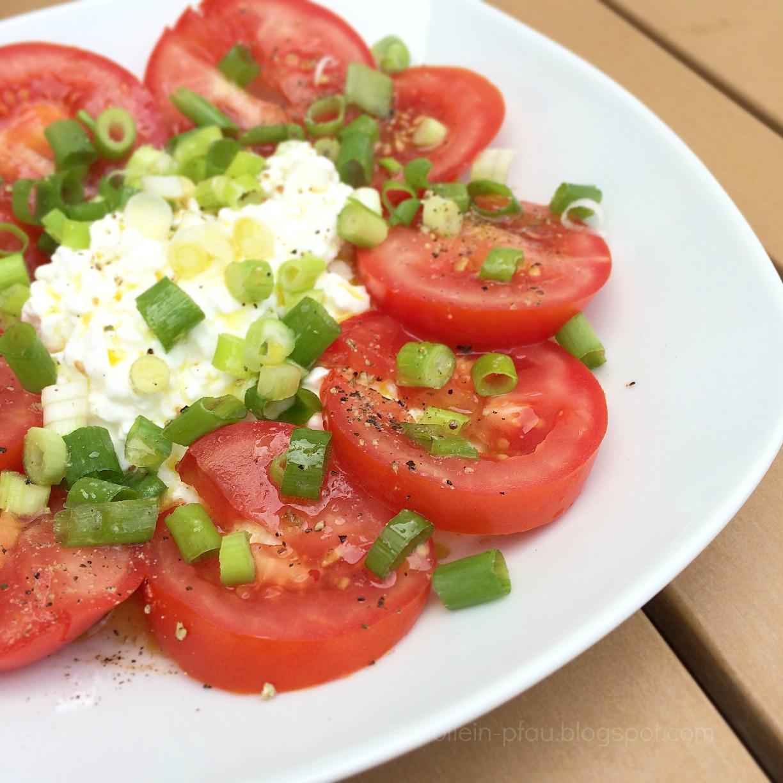 Hüttenkäse, Tomaten, Zitronendressing, Frühlingszwiebel, low carb, kohlehydratarm, eat clean, vegetarisch, Salat, Sommersalat, leichtes Essen, Tomatensalat