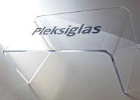 Pleksiglas malzemeden yapılmış bir camsı sehpa