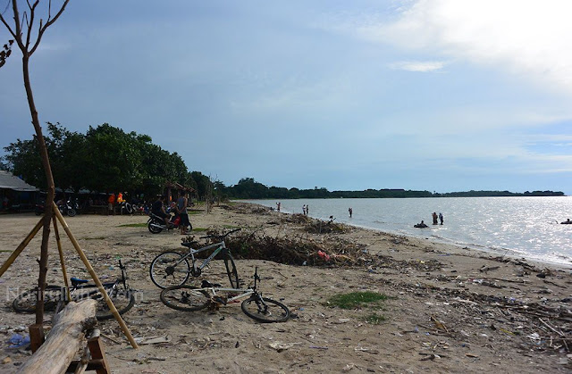 Menunggu senja di Pantai Teluk Awur Jepara