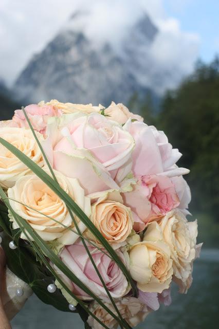 Sommerbrautstrauß Rosa, Apricot, Peach - Vintage-Hochzeit im Sommer im Riessersee Hotel Garmisch-Partenkirchen, Bayern - Vintage wedding in Germany, Bavaria, lake & mountains