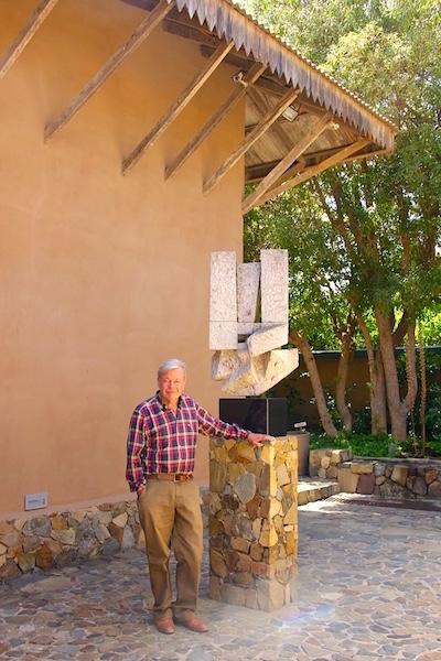 Colvin junto a escultura en el patio central de Bodegón Cultural