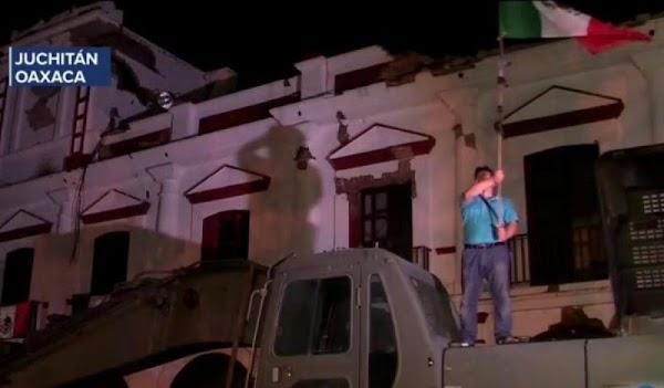 Ante un Palacio Municipal en ruinas, un indígena da el grito de dolores en Juchitán.