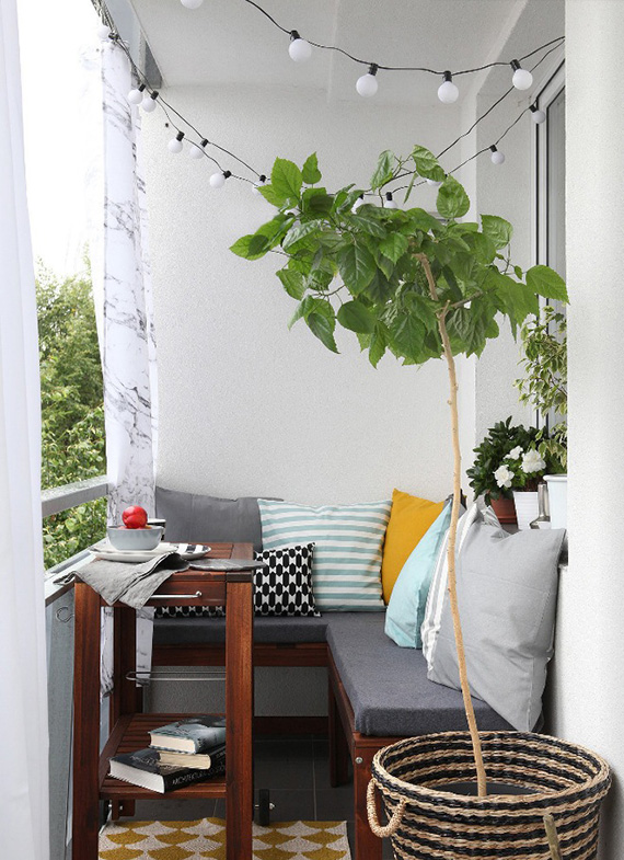 kanapa na mały balkon inspiracja na twobrokesisters