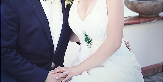 Zielona aplikacja sutasz na suknię ślubną.
