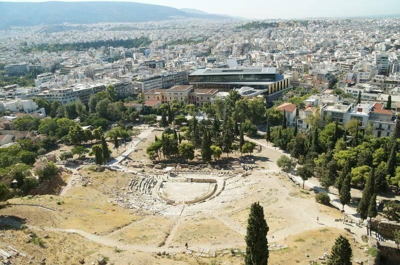 frente al teatro tenéis el museo de la Acrópolis