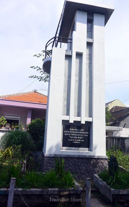 Monumen tenggelamnya kapal Van der Wijck di Lamongan