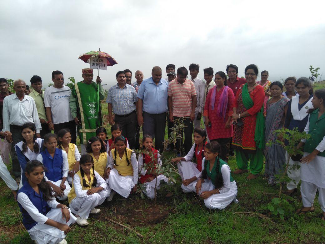 हाथीपावा महोत्सव : Haathipava-jhabua-विभिन्न सामाजिक, धार्मिक संस्थाओं के साथ स्कूली छात्र-छात्राओं ने लगाए पौधे