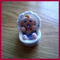Muñeco bebé amigurumi en su cuna