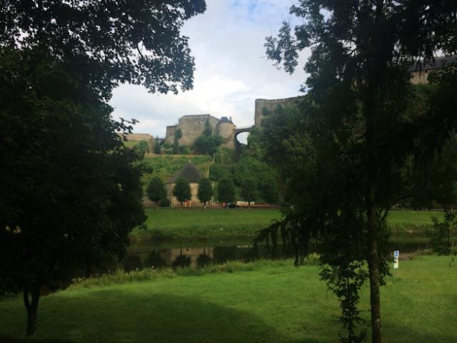 Castillo fortaleza de Bouillon. área de autocaravanas. caravaneros.com