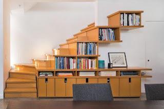 escritorio para oficina casera con biblioteca debajo de la escalera