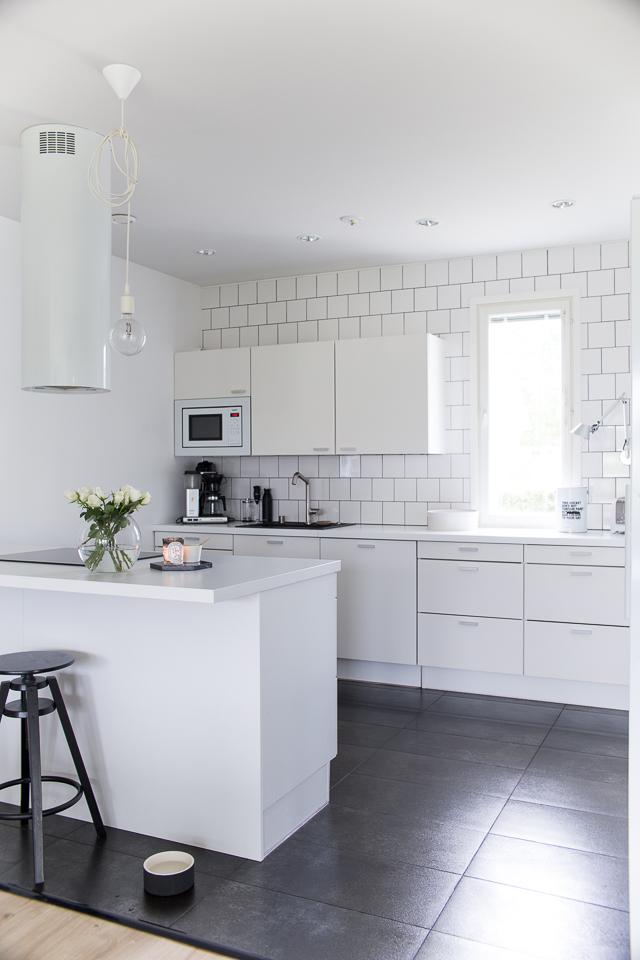 Villa H, puustelli, keittiön sisustus, valkoinen keittiö, ruusut