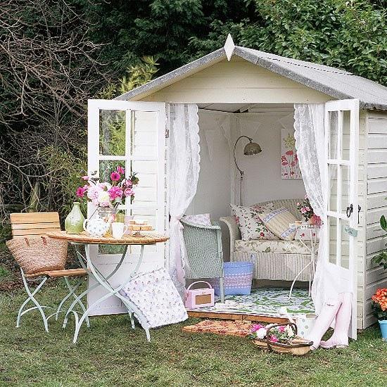 basta con darle a un cobertizo o glorieta una capa de pintura blanca aadir algunos muebles recuperados al jardn y un montn de cojines colocar mantas