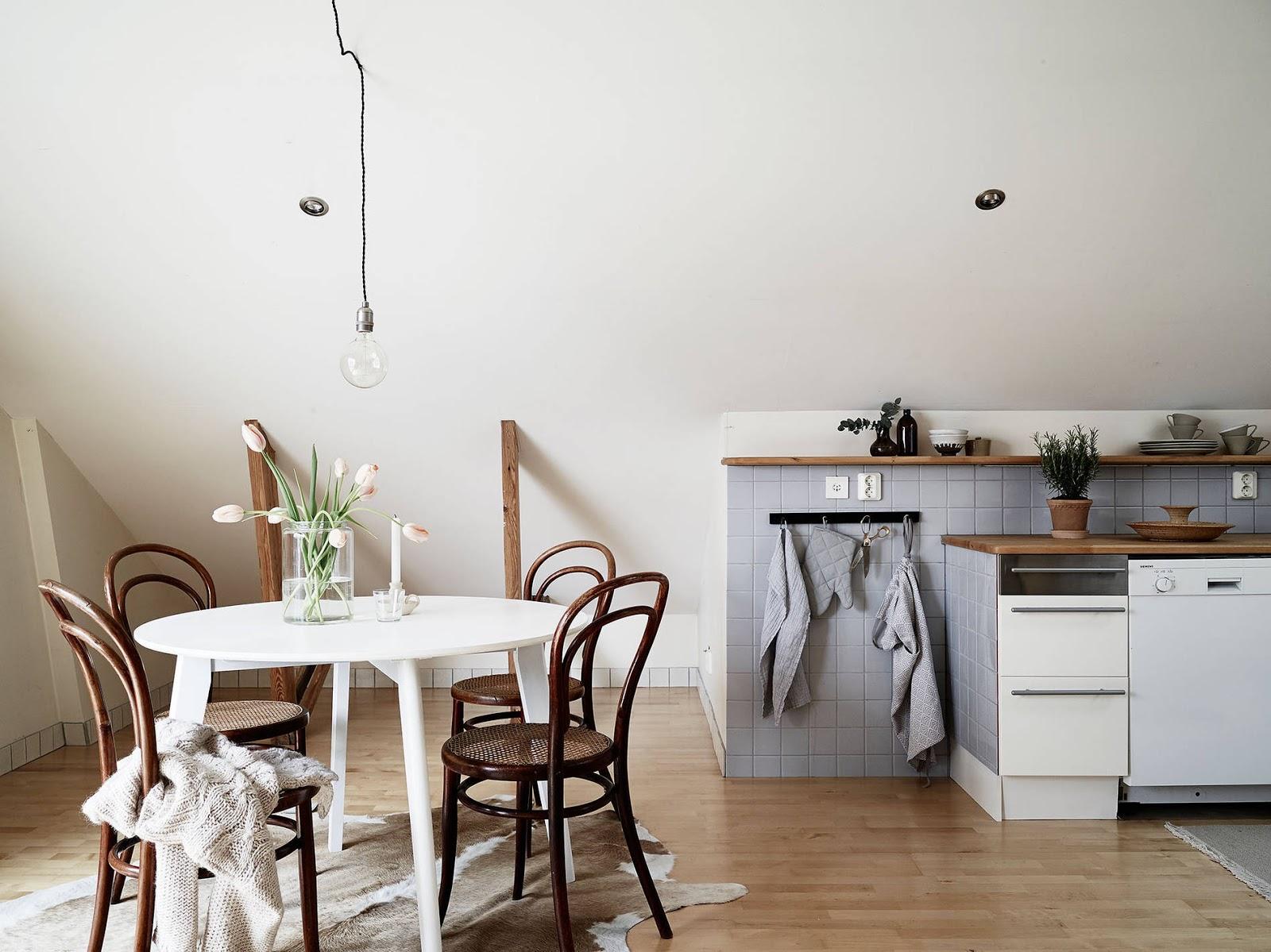 jadalnia z okrągłym stołem, okrągły stół dla 4 osób, jadalnia w stylu skandynawskim