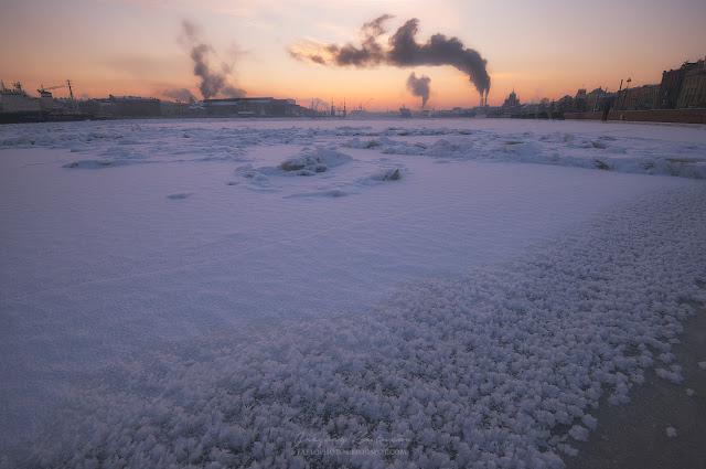 Розовый закат, замерзшая Нева. Снег в виде попкорна