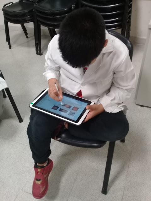 alumno  trabajando en una tablet