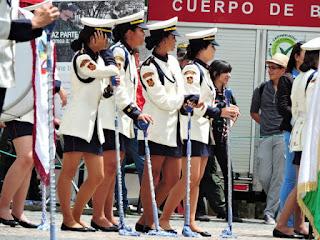 bellas mujeres de la banda marcial del desfile del día de la independencia colombiana
