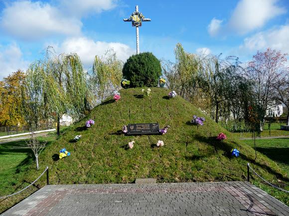 Нежухов. Памятник Борцам за волю Украины