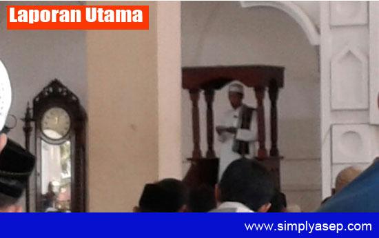 KHATIB : Ustad Juheri SPdI saat memberikan khatib pada Sholat Jumat di Masjid Babussaam Ponpes Khulafaur Rasyidin Kubu Raya Jumat (8/9). Foto Asep Haryono