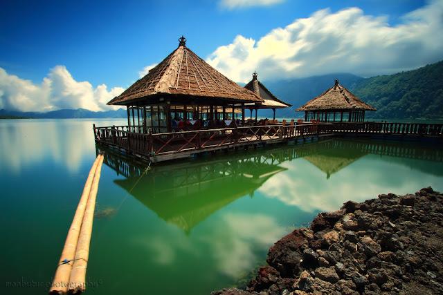 Tempat Makan Romantis di Bali yaitu Resto Apung Kintamani