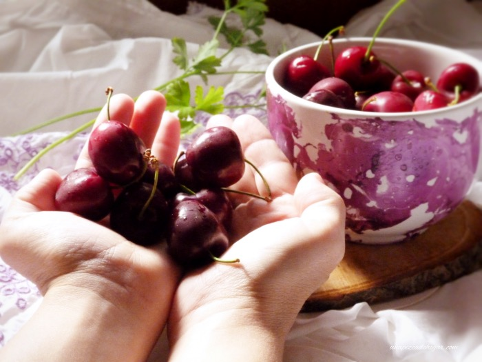 tartaletas de cerezas. Cerezas en las manos