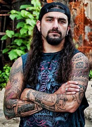 Foto de Mike Portnoy con tatuajes en los brazos