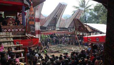 yaitu sebuah kabupaten di Sulawesi Selatan yang hingga kini masih mempertahankan gaya hi MENELUSURI WISATA BUDAYA TANA TORAJA