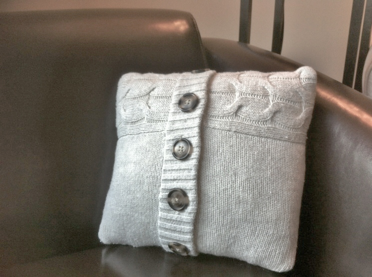 BonnieProjects: Sweater Pillow with Buttons