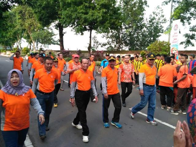 Pabung Kodim 0815 Mojokerto Ikuti  Jalan Sehat Peringati Hari AIDS Sedunia Di Kota Mojokerto