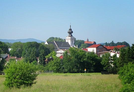 Wadowice - tu się urodził i dorastał Karol Wojtyła. Na zdjęciu Bazylika Ofiarowania Najświętszej Maryi Panny widoczna z okolic dworca kolejowego.