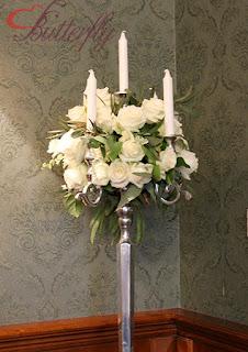 Białe róże i eukaliptus - dekoracja ślubna