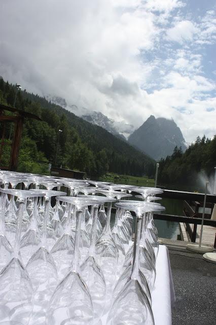 Großes Kino - Hochzeitsempfang mit Fingerfood auf der Seeterrasse - Hochzeit im Riessersee Hotel Garmisch-Partenkirchen, Bayern - Wedding in Garmisch, Bavaria  #riessersee #hochzeitshotel #Garmisch #Bavaria #Bayern #heiraten #Hochzeit #Kino-Motto #wedding venue #abroad