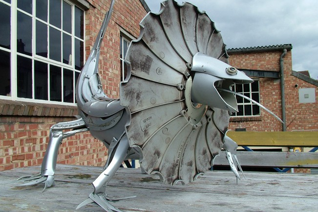 15-Frilled-Lizard-Ptolemy-Elrington-Hubcap-Creatures-and-other-Car-Parts-Animal-Sculptures-www-designstack-co