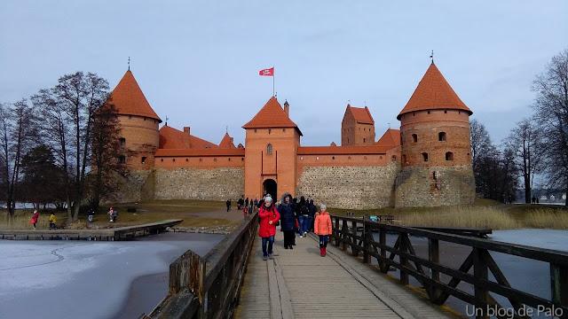 Pasarela-puente para llegar al Castillo de Trakai
