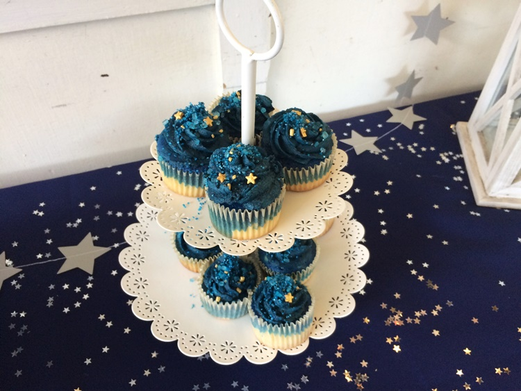 Starry cupcakes - with blue geode sprinkles from Kiwicakes
